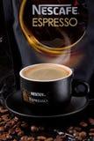 一个杯子浓厚,与泡沫的热,饱和的咖啡,是未被超越的芬芳浓咖啡口味  免版税库存图片
