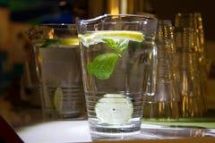 一个杯子淡水用柠檬 库存图片