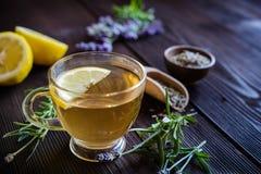 一个杯子淡紫色茶 免版税库存图片