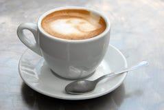一个杯子热奶咖啡关闭 免版税库存照片