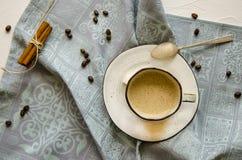 一个杯子热奶咖啡用桂香 免版税库存照片