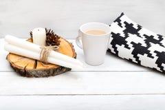 一个杯子热巧克力,毯子,蜡烛-舒适的项目ho 免版税图库摄影