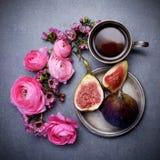 一个杯子热的咖啡、无花果和花 一个舒适晚上 春天,秋天 顶视图 库存照片