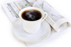 一个杯子热的咖啡和报纸 库存照片