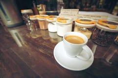 一个杯子热的咖啡在商店 免版税图库摄影