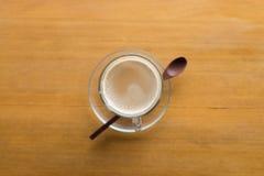 一个杯子热的热奶咖啡和面包 免版税图库摄影