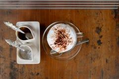 一个杯子热的热奶咖啡和面包 库存照片