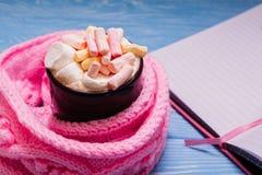 一个杯子用在一条桃红色围巾的一个蛋白软糖 库存照片