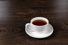 一个杯子用在桌上的茶 免版税库存照片