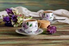 一个杯子用早晨咖啡和野花花束  图库摄影
