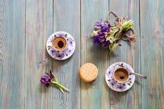 一个杯子用早晨咖啡和野花花束  免版税库存图片