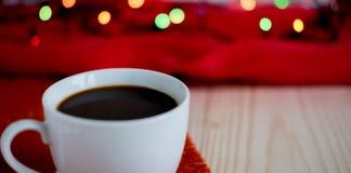 一个杯子的照片用在木背景的咖啡与copispeys的空间 一副横幅的框架用咖啡和圣诞节诗歌选 库存图片