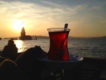 一个杯子的特写镜头在未婚的塔前面的土耳其茶 图库摄影