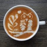 一个杯子的顶视图拿铁艺术咖啡 免版税库存图片