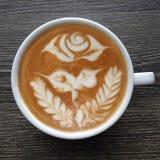 一个杯子的顶视图拿铁艺术咖啡 库存图片
