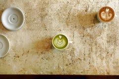 一个杯子绿茶matcha拿铁和杯子拿铁艺术咖啡 免版税库存图片