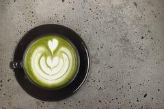 一个杯子绿茶matcha拿铁 免版税库存图片