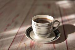 一个杯子老木背景的速溶咖啡地方 库存图片