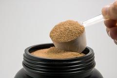 一个杯子肌肉获取或饮食人的乳清蛋白粉末是 库存照片