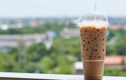 一个杯子被冰的咖啡在一个晴天 免版税图库摄影