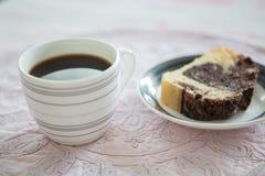 一个杯子速溶咖啡和切片自创巧克力蛋糕 免版税库存照片