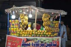 一个果汁制造商的看法在食物街道,拉合尔,旁遮普邦,巴基斯坦的 免版税图库摄影