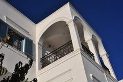 一个柜台和大阳台的特殊建筑学在圣托里尼希腊海岛上  库存图片
