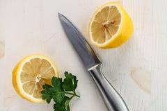 一个柠檬切成了两半 库存照片