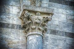 一个柱头的细节在比萨倾斜的towe的 图库摄影
