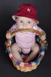 一个柳条筐的女婴 免版税图库摄影