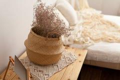 一个柳条筐的干燥植物 免版税库存图片