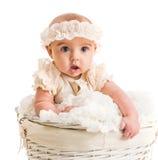 一个柳条筐的逗人喜爱的小女孩 图库摄影