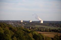 一个核发电厂的冷却塔 库存照片