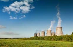 一个核电站的冷却塔 免版税库存照片