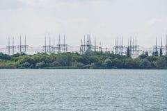 一个核电站的输电线 免版税库存图片