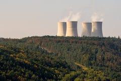 一个核电站Dukovany的冷却塔在森林的 免版税库存照片