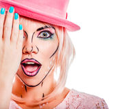 一个桃红色帽子的女孩在流行艺术样式 免版税库存图片