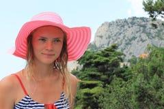 一个桃红色帽子的女孩 免版税图库摄影