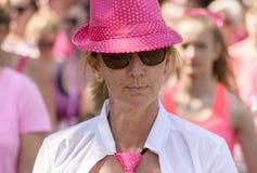 一个桃红色帽子的,种族为生活妇女 免版税库存照片