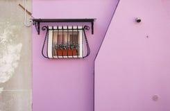 从一个桃红色房子的小窗口在Burano海岛,威尼斯 库存图片