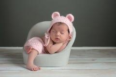 戴一个桃红色熊帽子的新出生的女孩 免版税库存图片