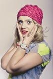 一个桃红色盖帽的女孩 免版税库存照片
