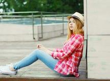 戴一个桃红色衬衣和夏天帽子的女孩 库存照片
