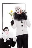 一个框架的二个小丑与花 库存图片