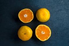 一个桔子的四个一半在一块蓝宝石的 图库摄影
