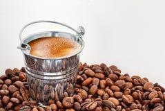 一个桶在咖啡豆的咖啡 免版税图库摄影