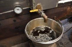 一个桶在新罕布什尔糖棚子的新鲜的枫蜜 免版税库存照片