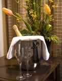 一个桶香槟和玻璃 免版税库存图片