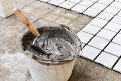 一个桶水泥在工作地点 免版税库存照片