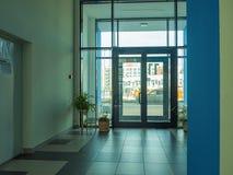 一个楼梯的出现在一个现代公寓的 免版税库存图片